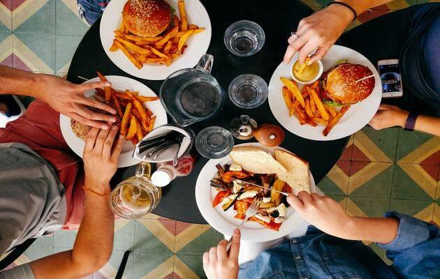Descansar y comer concentran la mayoría de las preferencias de los británicos para el domingo. / Dan Gold, Unsplash CC,