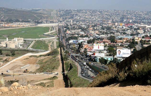 Sector del muro que separa Estados Unidos y México. A la izquierda aparece la periferia de San Diego, a la derecha, Tijuana. / Wikimedia Commons,