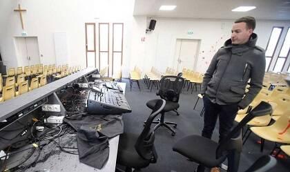 Los atacantes han dañado parte de la instalación de sonido. / Charante Libre