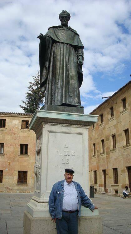 Nejar ante la estatua de Fray Luis de León (foto de Jacqueline Alencar).