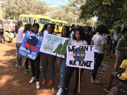 Estudiantes protestando en Kenya. / Twitter @GretaThunberg