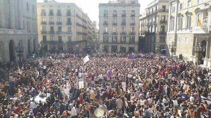 Miles de jóvenes concentrados en la plaza Sant Jaume de Barcelona. / Twitter @GretaThunberg
