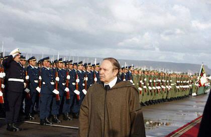 Bouteflika pasando revista a las filas del ejército en 2009. En los últimos años sus apariciones públicas han sido contadas. / Wikimedia Commons