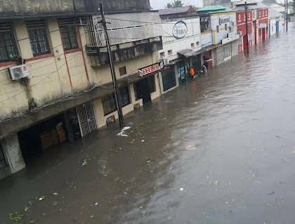 Muchas calles se están inundadas, lo que dificulta las tareas de rescate. / UEBE