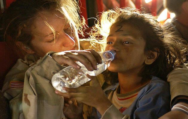 Una niña bebiendo agua de una botella. / Wikimedia Commons,