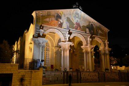Sobre el vértice superior de la fachada de la basílica católica del huerto de Getsemaní (Jerusalén) aparece una escultura que representa a dos ciervos mirando una cruz. / Antonio Cruz.