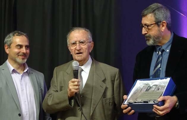 Félix, recibiendo una placa conmemorativa.,