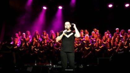 El director del Coro Gospel Barcelona, David Suárez, dirigiéndose al público. / Instagram @carolprhe