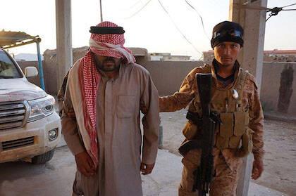 Un combatiente del Estado Islámico detenido por las fuerzas de seguridad iraquíes en Tiqrit. / Wikimedia Commons