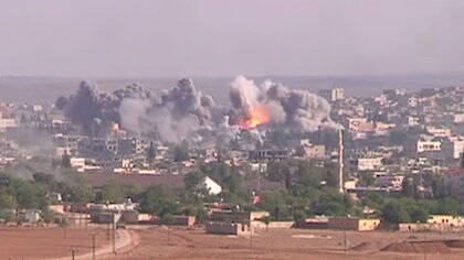 Bombardeo de posiciones estratégicas del Estado Islámico en la ciudad kurda de Kobane por parte de la Coalición Internacional en 2014. / Wikimedia Commons