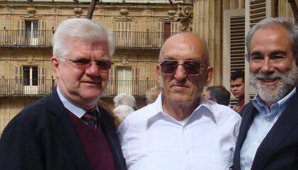 Tres premiados con el Borrow, Stuart Park, Plutarco Bonilla y José Luis Andavert en el balcón del Ayuntamiento de Salamanca (foto Jacqueline Alencar)