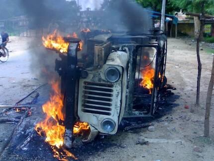 Vehículo en llamas tras un ataque por parte de extremistas hindúes.