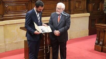 El secretario del Consell, Guillem Correa, hace entrega de una copia de las 95 tesis de Lutero a Torrent. / Twitter CEC