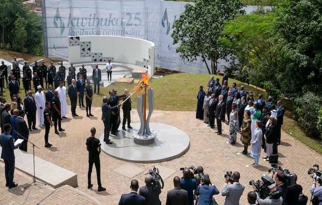 Momento en el que se enciende la llama en el monumento memorial a las víctimas del genocidio, este mes de abril. / Facebook Paul Kagame