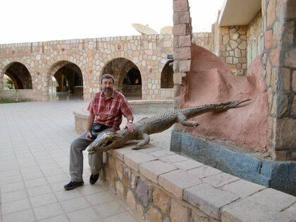 El autor junto a un cocodrilo del Nilo disecado y colocado en la entrada de un hotel turístico de Abu Simbel (Egipto. / Ana Viciana.