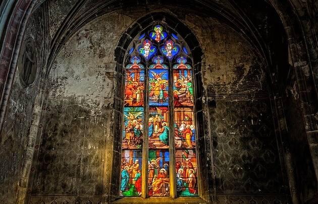 Una de las vidrieras de la catedral de Notre Dame de París. / Pixabay,