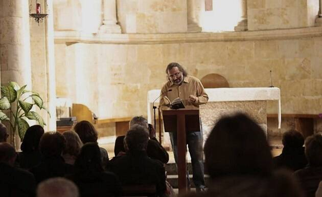 A. P. Alencart leyendo su poema (foto de Alejandro López),