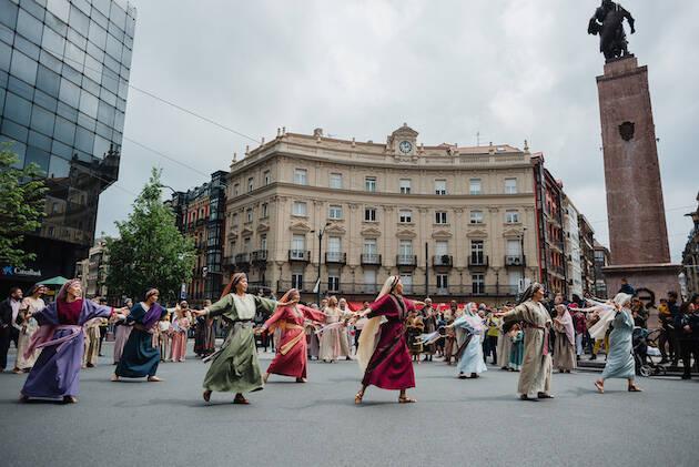 Presentación de una escena del musical His Life en Bilbao, al finalizar la marcha. / HisLife,