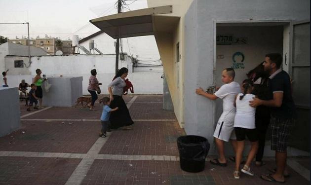 Habitantes israelíes se dirigen a refugios antiaéreos durante los ataques palestinos con cohetes el 4 de mayo. / FDI,
