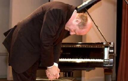 Rotman hace una reverencia tras un concierto en Cork, Irlanda. /Sam Rotman web
