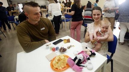 Familias jóvenes y mayores compartieron café y experiencias. / BNLugo