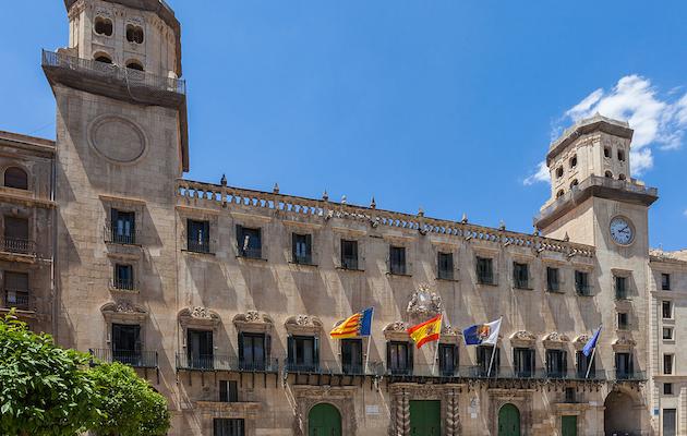Fachada del Ayuntamiento de Alicante. / Wikimedia Commons,
