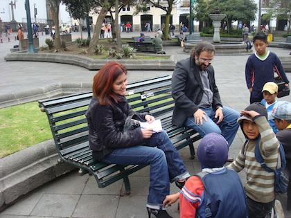 Conversando con niños lustrabotas en la plaza de la Independencia, Quito-Ecuador, 2011. / Jacqueline Alencar