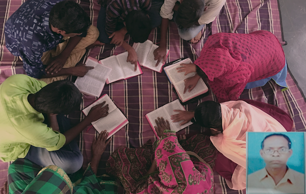 Fotocomposición del pastor Nandu Tadokha (abajo a la derecha) y un grupo de cristianos indios orando.,
