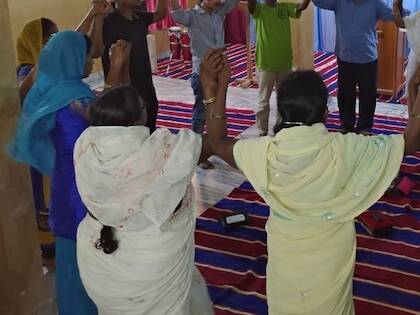 Cristianos perseguidos en India, orando.