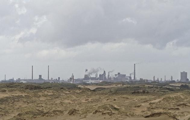 Vista de una refinería cerca del parque natural de Kennemerduinen, en Bloemendaal, Países Bajos. / Wim van't Einde, Unsplash CC,