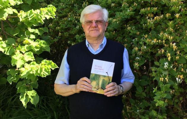 Stuart Park con un ejemplar de su libro.,