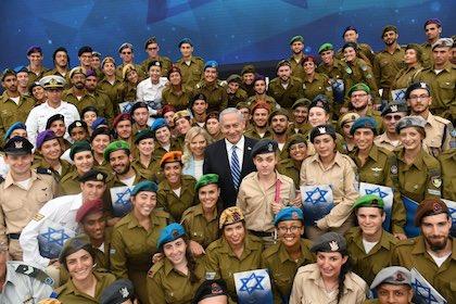 El primer ministro en funciones de Israel, Benjamin Netanyahu, rodeado de soldados. / Twitter @netanyahu