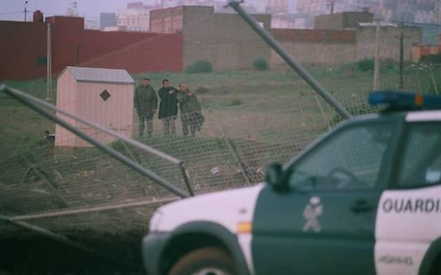 Un vehículo de la Guardia Civil frente a un tramo derribado de la valla de Melilla. / Fronterasur, CC,