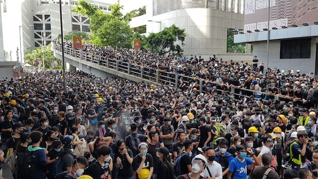 Una multitud de manifestantes protestando en carreteras y calles en Hong Kong. / Twitter @HongKongFP,