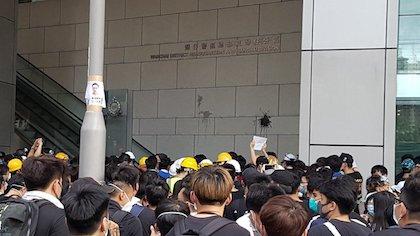 Estudiante manifestándose ante uno de los edificios de la Administración de Hong Kong. / Twitter @HongKongFP