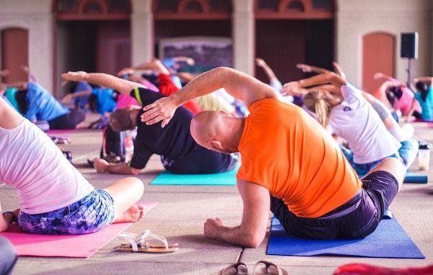 Un grupo de personas practicando yoga. / Anupam Mahapatra, Unsplash CC,