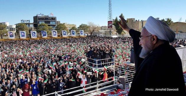 El presdente iraní, Hassan Rouhani, saluda a una multitud. / Twitter @HassanRouhani,