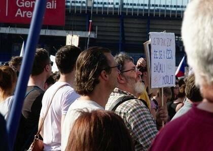 Manifestantes en las calles y en los edificios.