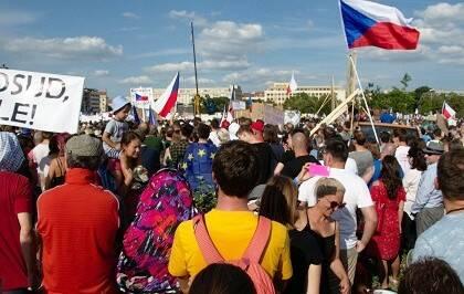Una pancarta dice: Es tan malo que incluso los checos comenzaron a orar.