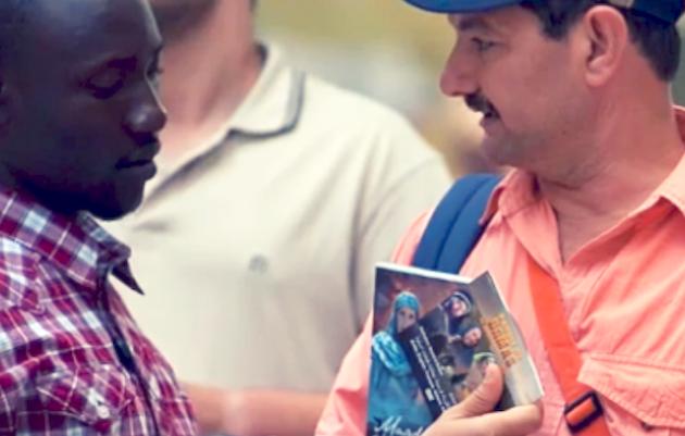 El reparto de Biblias en la frontera es una oportunidad para llevar las Escrituras al Norte de África. / SB,