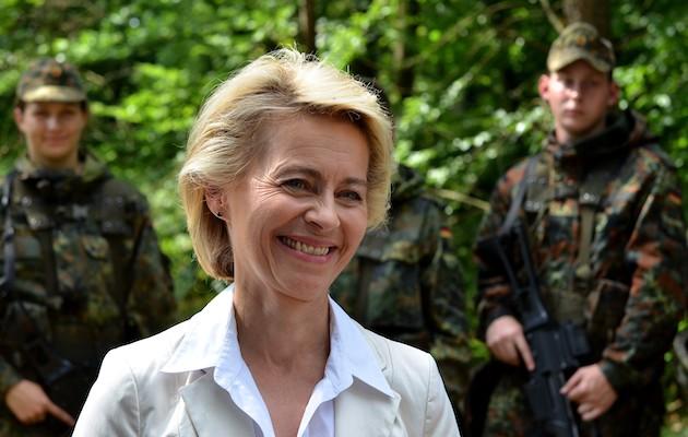 Ursula von der Leyen, en 2014 en una visita a las tropas alemanas. / Dirk Vorderstraße, CC-By 3.0, Wikipedia,