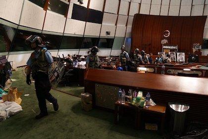 Policías en el interior del Parlamento después de su desalojo. / Twitter @HongKongFP