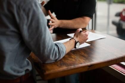 Las relaciones se han convertido en otro campo delicado dentro del ámbito laboral, pero al mismo tiempo suponen la principal plataforma para generar transformación y dar testimonio de una ética diferente del trabajo. / Nik MacMillan, Unsplash CC