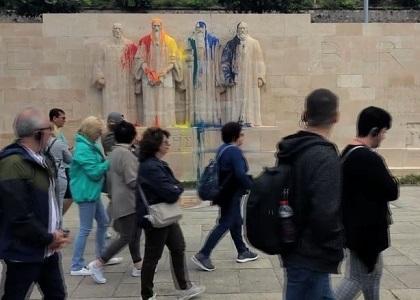 Un grupo de turistas pasando frente al Muro de la Reforma, uno de los principales atractivos de Ginebra. / LemanBleu.ch