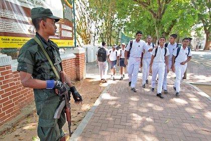 Un militar vigilando a la salida de una escuela. / Twitter @Dailymirror_SL
