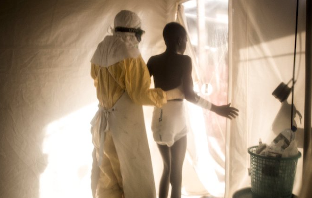 Un sanitario acompañando a una persona en cuarentena en Beni. / Twitter @wesselsjohn1,