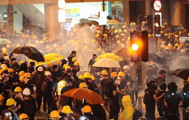 Manifestantes concentrados en las calles de Hong Kong este domingo. / Twitter @HongKongFP, May James,