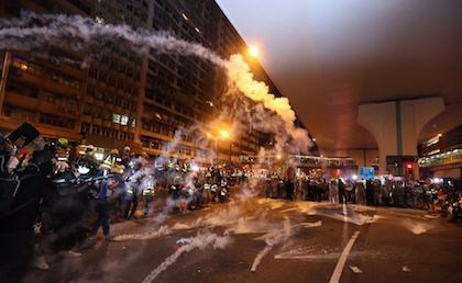 Un momento de disturbios entre la policía, al fondo, y los manifestantes. / Twitter @HongKongFP
