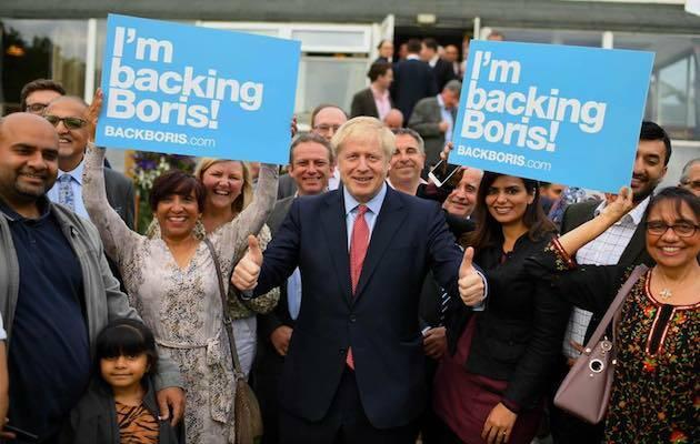 El nuevo líder del Partido Conservador británico y primer ministro del Reino Unido, Boris Johnson, posando junto a simpatizantes. / Facebook Boris Johnson,