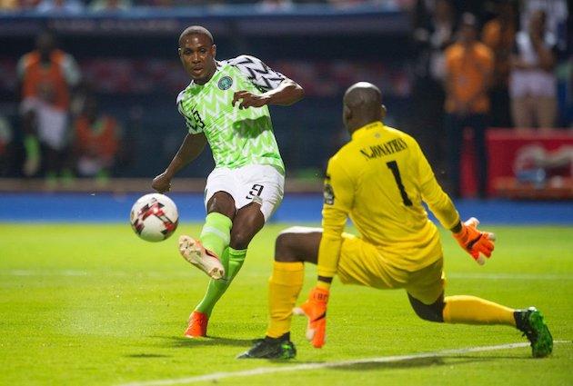 Ighalo en el momento de una jugada durante un partido de la Copa África. / Twitter @SuperSportTV,